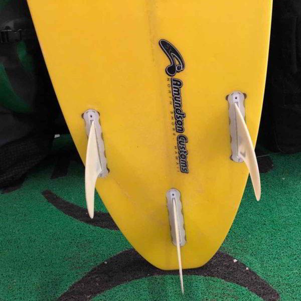 Tabla de surfkite Amundson Custom vista trasera quillas