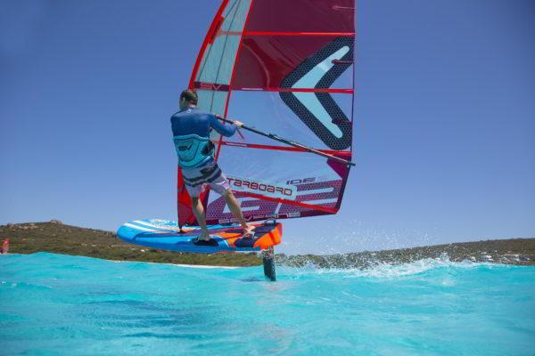 Gonzalo Costa navegando con el pack olímpico de espaldas