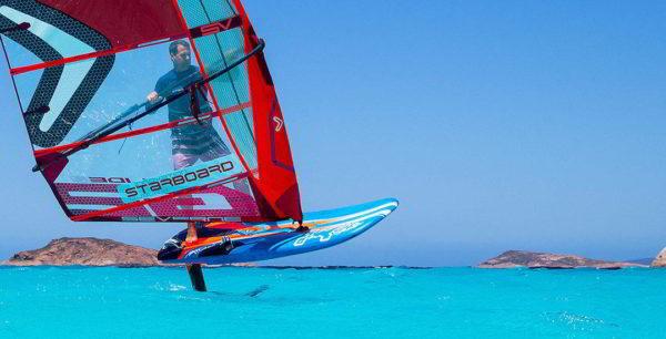 Gonzalo Costa navegando con el pack olímpico frontal